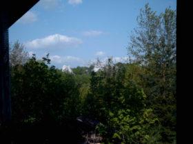Widok z okna domu w stronę skałek.